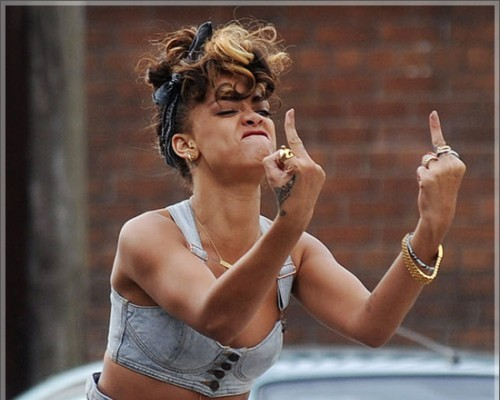 Rihanna-middle-finger-e1326750071261-500x400